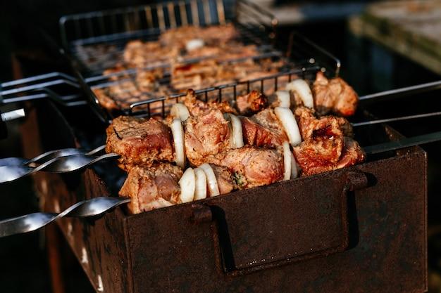 Het vlees wordt gegrild op de grill shashlik