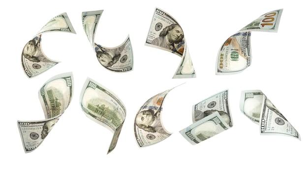 Het vliegen van honderd amerikaanse dollarbankbiljet op wit.