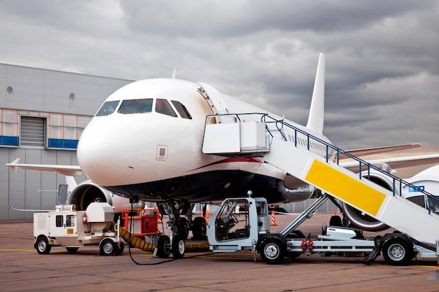 Het vliegtuig bijtanken op de luchthaven en de vlucht voorbereiden