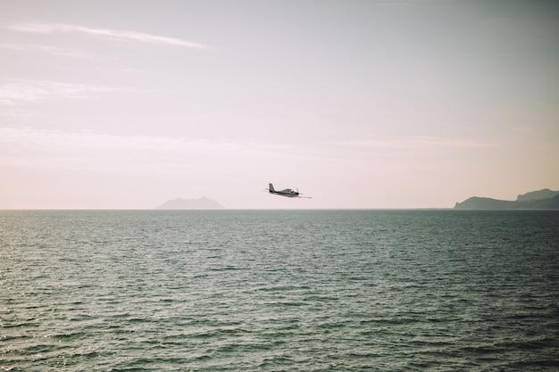 Het vliegtuig boven de zee