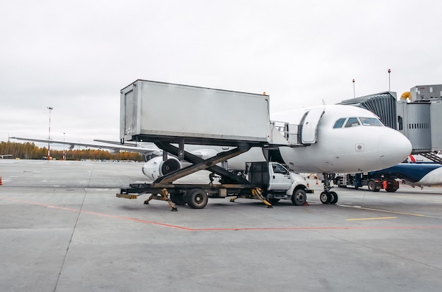 Het vliegtuig is na een vlucht in dienst op de parkeerplaats op de luchthaven.