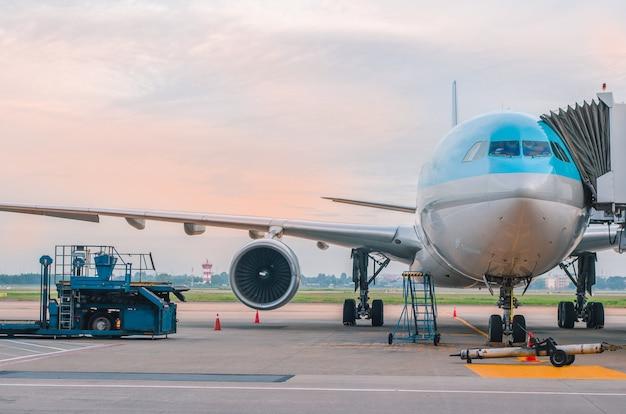 Het vliegtuig op de luchthaven bij het laden