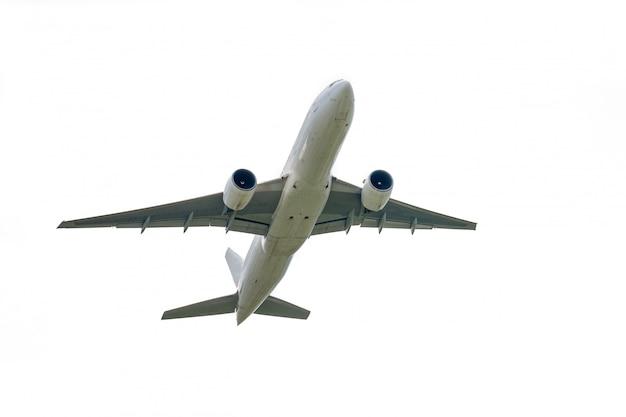 Het vliegtuig stijgt van internationale luchthaven op die op wit wordt geïsoleerd