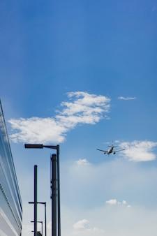 Het vliegtuig vliegt in de blauwe lucht