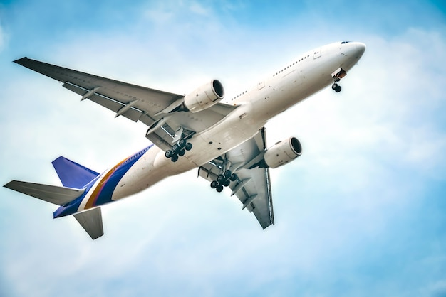 Het vliegtuig vliegt prachtig naar de hemel.