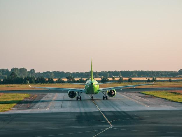 Het vliegtuig voor het opstijgen. witte vliegtuig is op het opstijgen in de ochtend. ruimte kopiëren.