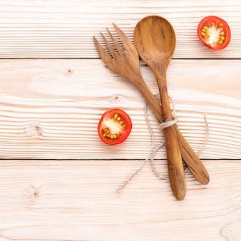 Het voedselachtergrond en het saladeconcept met ruwe ingrediëntenvlakte leggen op witte houten achtergrond.
