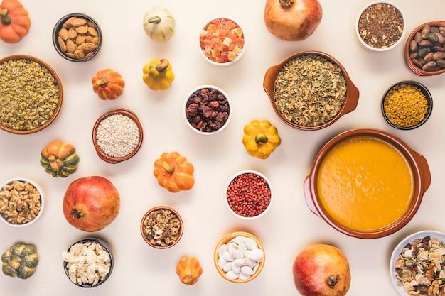 Het voedselassortiment van de herfst op keurige achtergrond