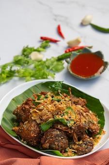 Het voedselconcept van fried frog with garlic en van de peper.