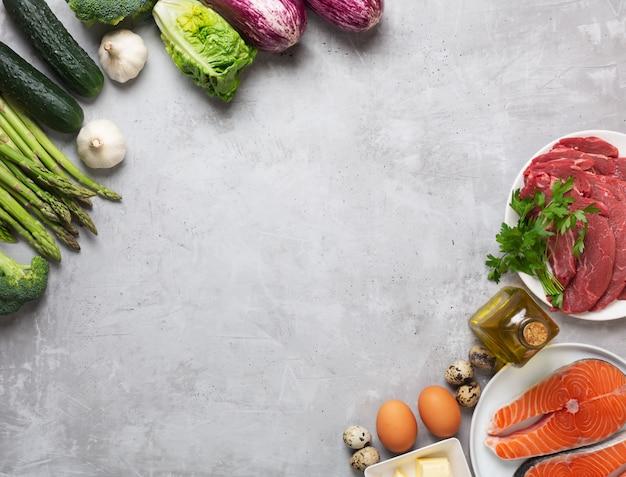 Het voedselingrediënten van het atkinsdieet op concrete achtergrond, gezondheidsconcept, hoogste mening met exemplaarruimte