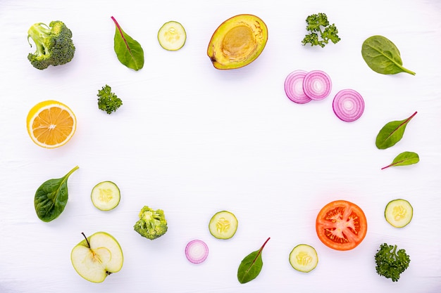Het voedselpatroon met ruwe ingrediëntenvlakte legt achtergrond