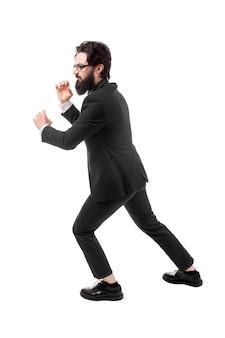 Het volledige lengteportret van een bebaarde zakenman trekt een onzichtbaar die kabel, op witte achtergrond wordt geïsoleerd