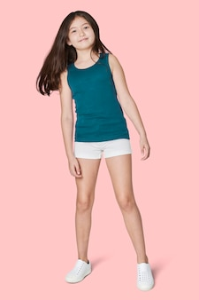 Het volledige lichaamsmeisje stellen in blauw mouwloos onderhemd