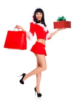 Het volledige portret van mooie sneeuwmeisje houdt de rode het winkelen zakken en ney-jaargift-geïsoleerd op wit