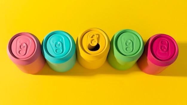 Het vooraanzicht van de zomerconcept met kleurrijke soda kan