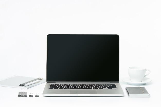 Het vooraanzicht van notebook en kopje koffie. inspiratie en mock-up concept