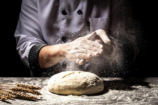 Het voorbereiden van traditionele zelfgemaakte broodbakker kneden van deeg