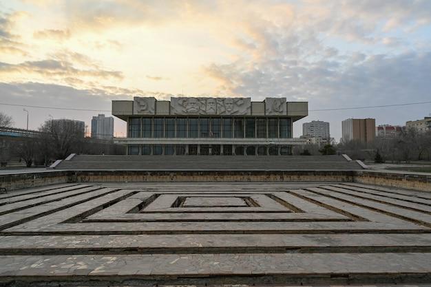 Het voormalige huis van politieke opvoeding. het gebouw in de stijl van het sovjet-modernisme, bas-reliëfs van marx, engels, lenin.