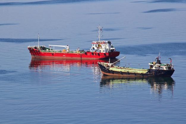 Het vrachtschip, import-export handelsactiviteiten en transport van internationaal, maritiem vrachtvervoer.