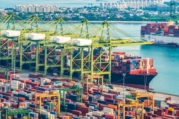 Het vrachtschip van de containerlading met de werkende brug van de kraanlading in scheepswerf