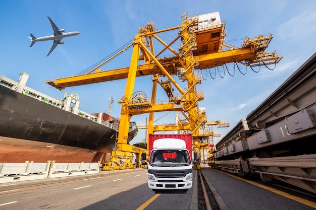 Het vrachtschip van de containerlading met werkende kraanlaadbrug