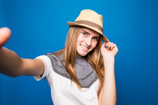 Het vrij glimlachende meisje probeert de beste selfie te maken