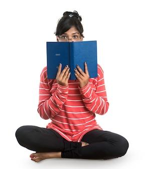 Het vrij jonge boek van de vrouwenholding en het stellen op wit
