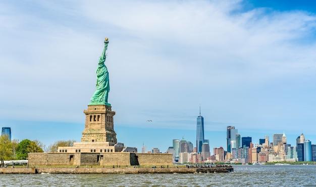 Het vrijheidsbeeld en manhattan in new york city, verenigde staten