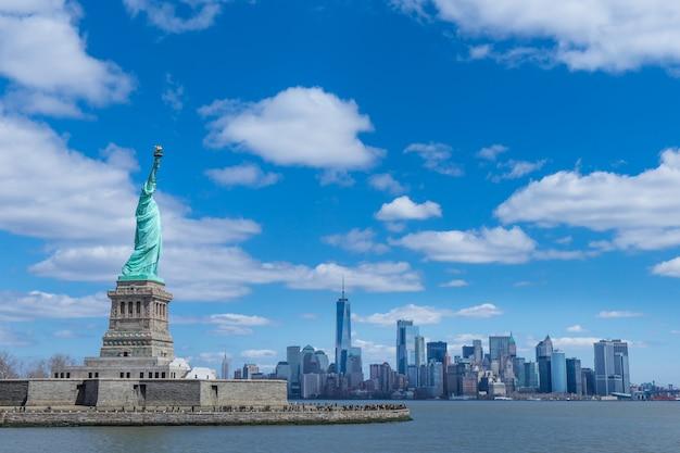 Het vrijheidsbeeld en manhattan, new york city, vs.