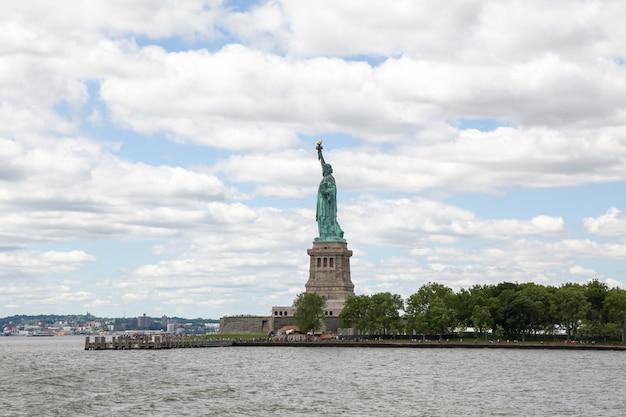 Het vrijheidsbeeld kijkt vanaf de zijkant in new york, vs.