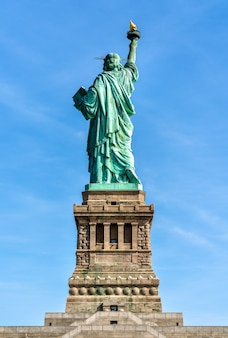 Het vrijheidsbeeld op liberty island in new york city, verenigde staten