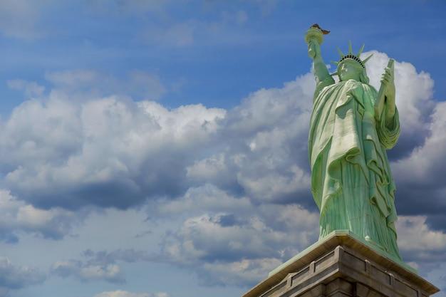 Het vrijheidsbeeld op liberty island, new york blauwe perfecte hemel van wolken
