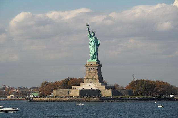 Het vrijheidsbeeld op liberty island, new york, verenigde staten.