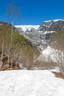Het vroege voorjaar in de bergen, noorwegen