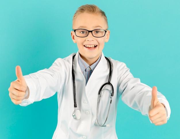 Het vrolijke arts tonen beduimelt omhoog