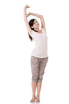 Het vrolijke aziatische jonge vrouw stellen, volledig lengteportret op witte achtergrond.