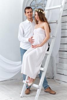Het vrolijke jonge paar kleedde zich in wit thuis status