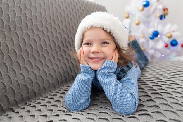 Het vrolijke meisje speelt thuis op eerste kerstdag