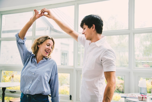 Het vrolijke paar geniet van samen het dansen