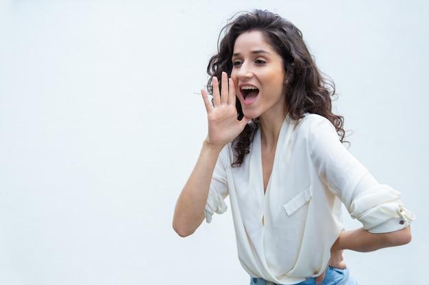 Het vrolijke positieve vrouwenmeisje luid schreeuwen