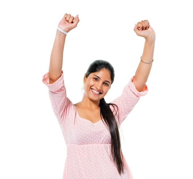 Het vrolijke toevallige jonge vrouw vieren