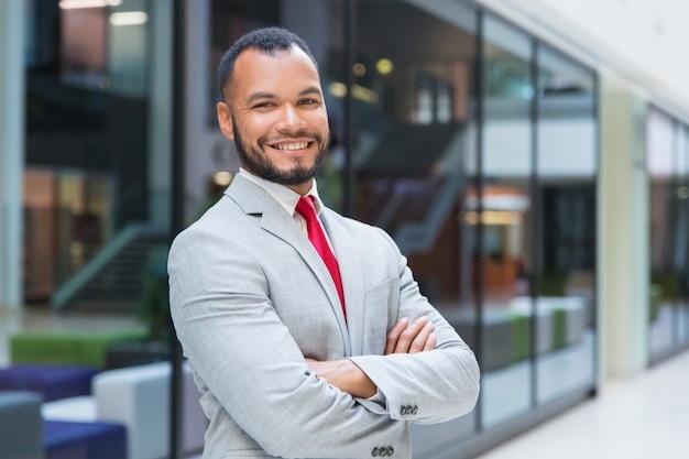 Het vrolijke zakenman glimlachen