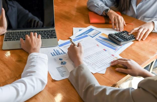 Het vrouwelijke accountantenteam analyseert de gegevens om de cliënt voor te stellen.