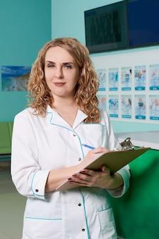 Het vrouwelijke klembord van de artsenholding met verslagen. medische zorg, verzekering, recept, medisch papier