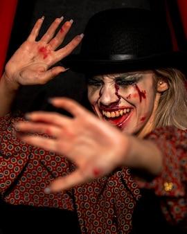 Het vrouwelijke model dat van halloween haar gezicht probeert te verbergen