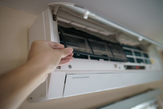 Het vuile airconditioningsfilter moet worden schoongemaakt
