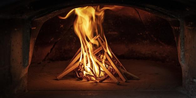 Het vuur aansteken in een traditionele houtoven