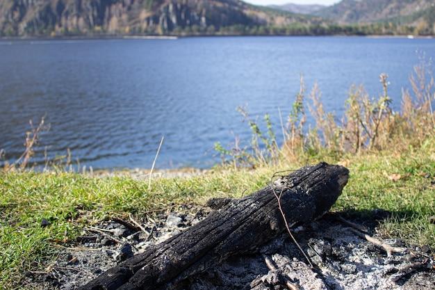 Het vuur dat uitging aan de oever van het reservoir
