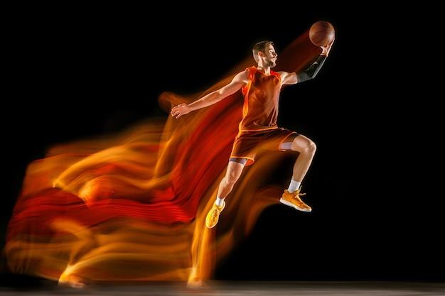 Het vuur sporen. jonge blanke basketbalspeler van rood team in actie