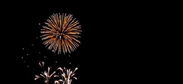 Het vuurwerk fonkelt op hemel bij nacht